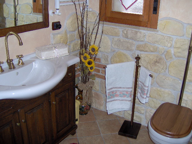 Rivestimento bagno con pietra ricostruita - Arredo Bagno Valentino